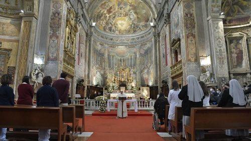 'Mercy made tangible': Pope greets faithful at Regina Coeli